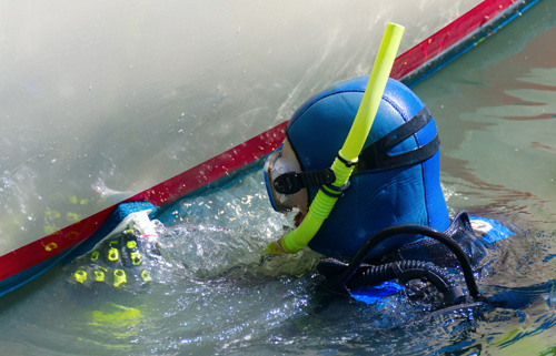 diver-cleaning-hull-500px